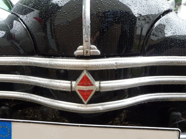 Renault 4CV Cremeschnittchen Front Logo