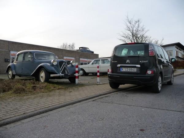 Citroën C3 Picasso LPG neben Traction Avant