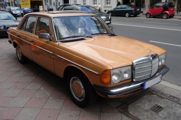 Mercedes-Benz 220 D Baureihe W 123 vorne rechts
