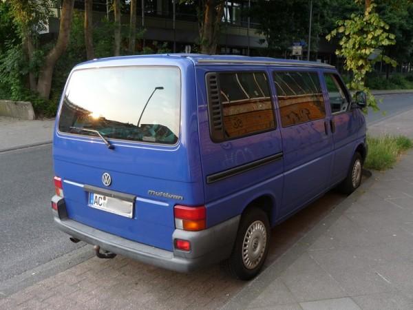 Offene Seitenscheibe am VW Bus