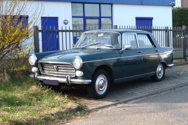 Peugeot 404 Limousine Front und Seite